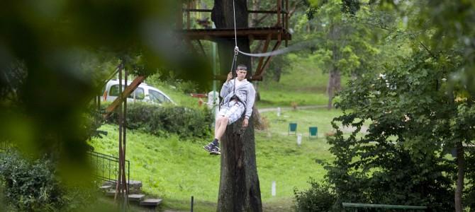 Trasa zjazd tyrolski w parku linowym
